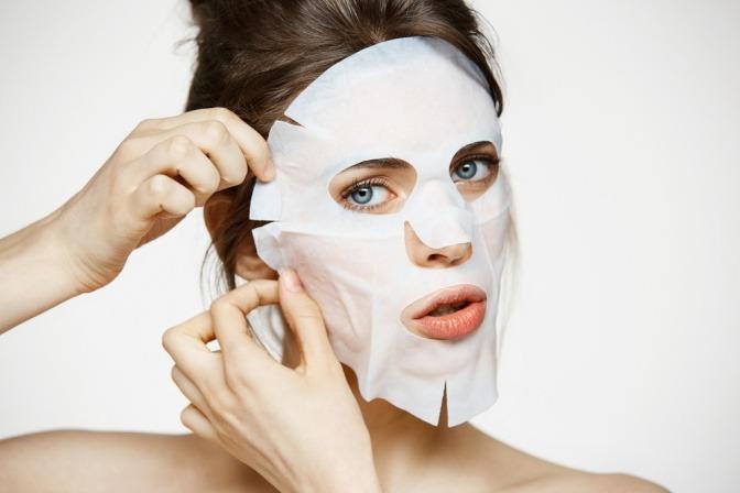 Frau mit Tuchmaske im Gesicht