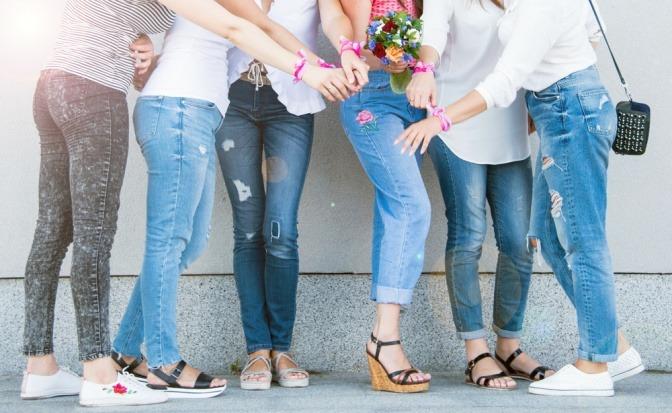 Welche Schuhe zu Jeans passen, sieht man am Foto