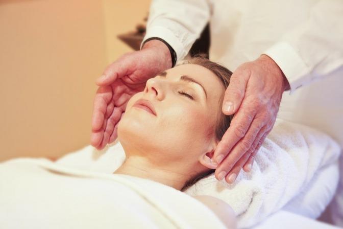 Eine Frau genießt eine Wellness-Behandlung