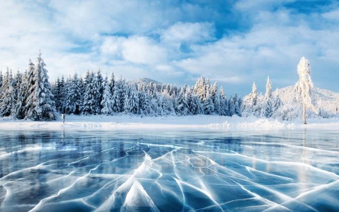 Winterlandschaft mit eingefrorenem See