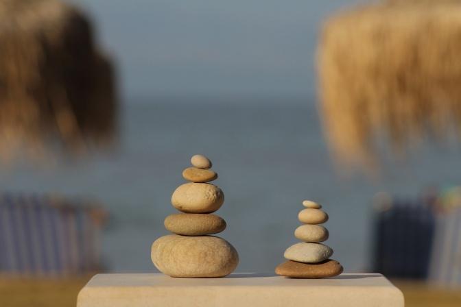 Steine sind in Balance aufeinander gelegt