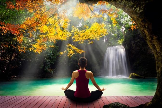 Eine Frau macht Yoga in entspannter Atmosphäre