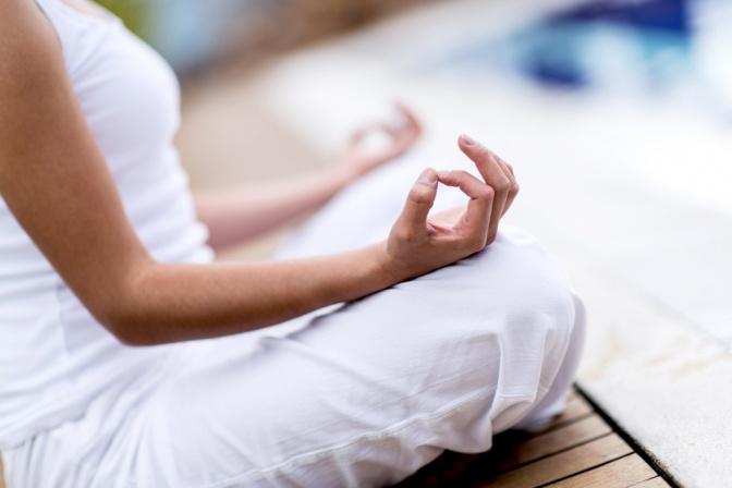 Eine Frau bei einer entspannenden Yoga Übung