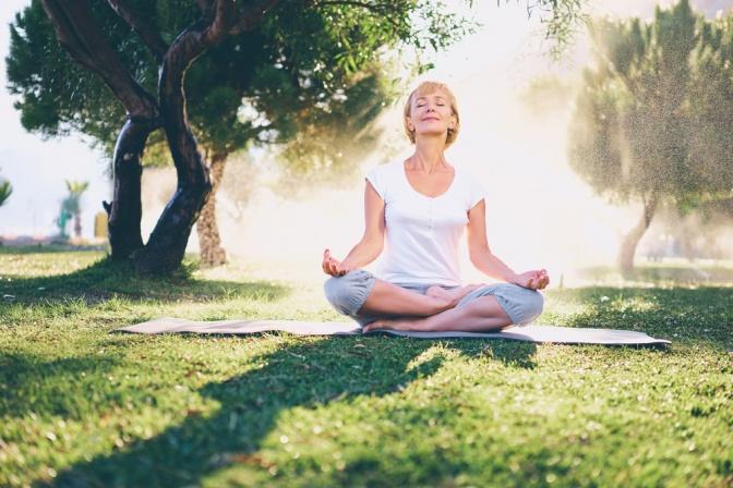 Eine Frau ist in einer Yogaposition