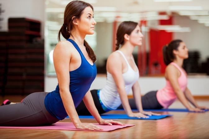 Frauen beim Yoga gegen schlechte Laune vor der Periode