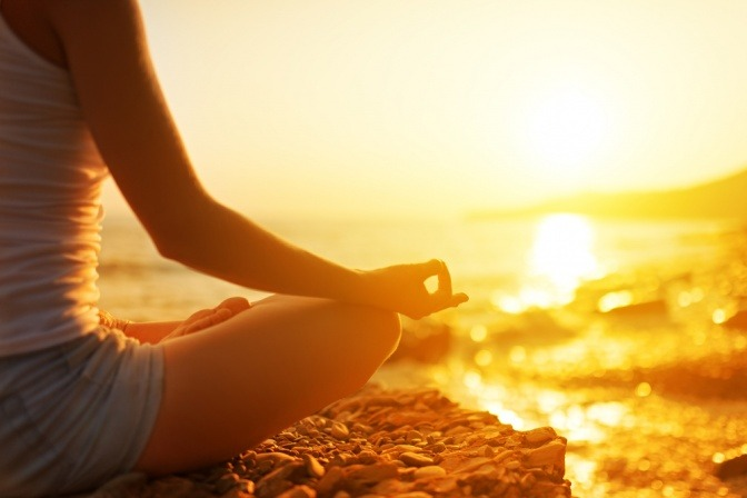 Eine Frau macht Yoga und meditiert
