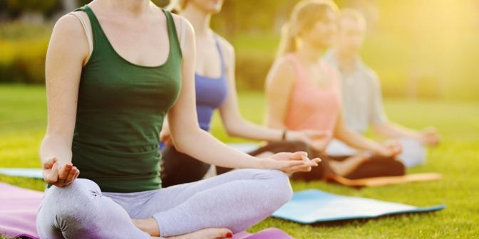 Eine Gruppe Frauen macht Yoga in der Natur