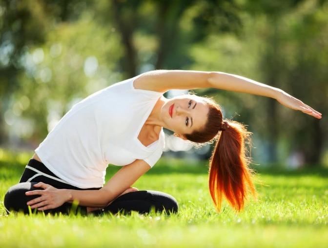Frau beim Yoga im Grünen