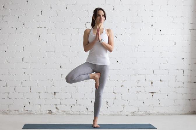 Yoga Übung Baum (Vrksasana)