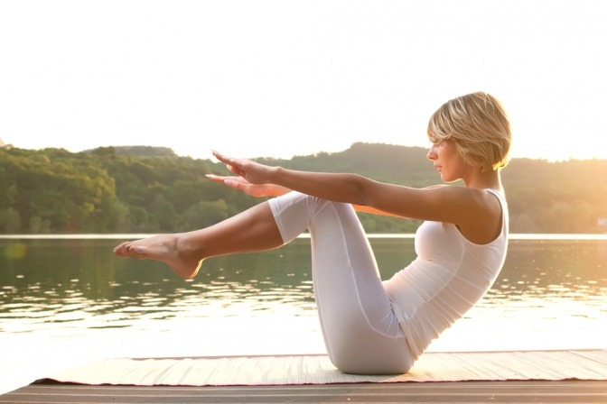 Eine Frau macht eine bewusste Yoga Übung
