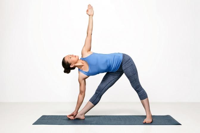 Yoga Übung Dreieck (Trikonasana)