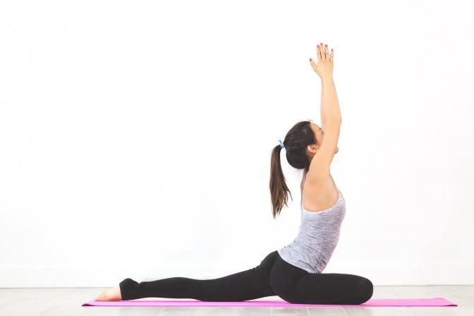 Eine Frau macht Yoga zur Entspannung