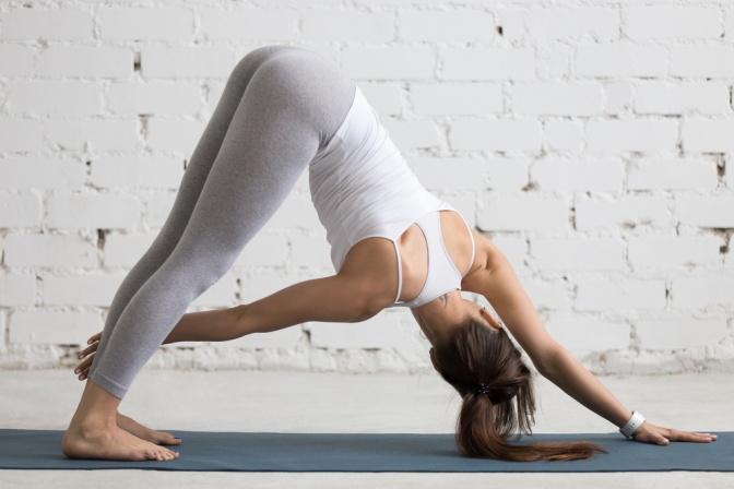 Eine Frau führt eine Yoga Übung aus