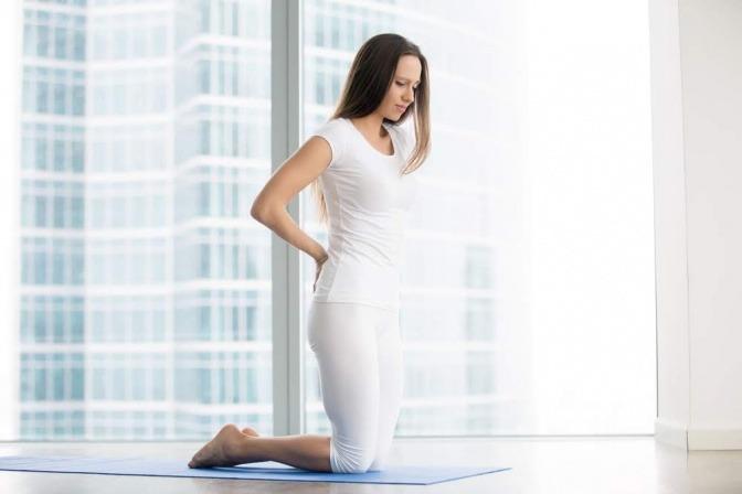 Eine Frau will eine Yogaübung für den unteren Rücken machen