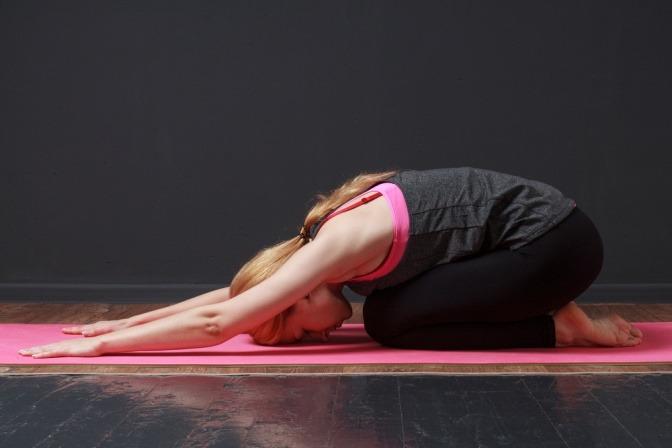 Eine Frau macht eine Kundalini Yoga Übung