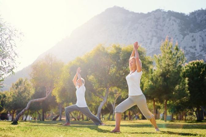 Frauen in den Wechseljahren machen Yoga