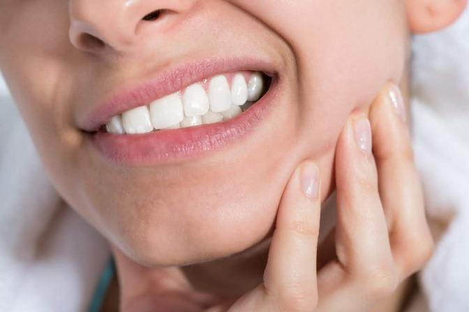 Frau mit schmerzenden Zähnen