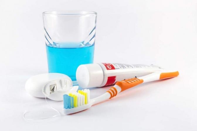 Zahnpasta und Zahnseide