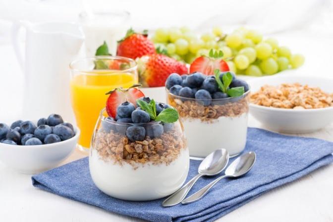 Ein lecker aussehendes Joghurt mit Müsli und Früchten als Zuckerfalle