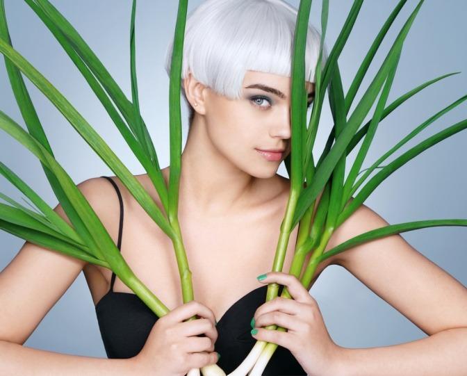 Das eine Zwiebel gegen Haarausfall helfen kann, will diese junge Frau mit kurzem grauem Haar gern glauben.