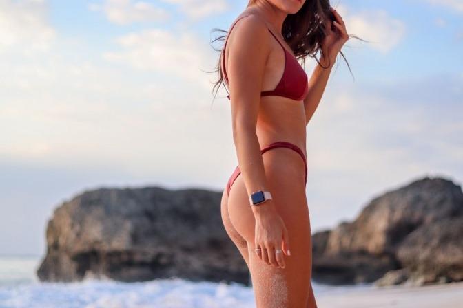 Eine schlanke Frau trägt einen roten Retro-Bikini