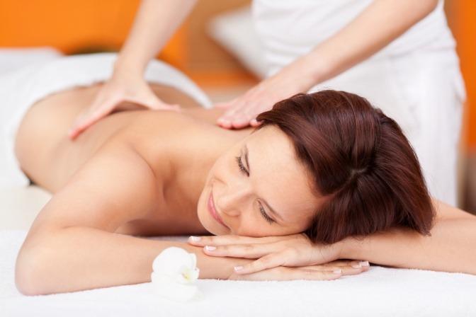 Frau, die mit einer Tuina-Massage massiert wird