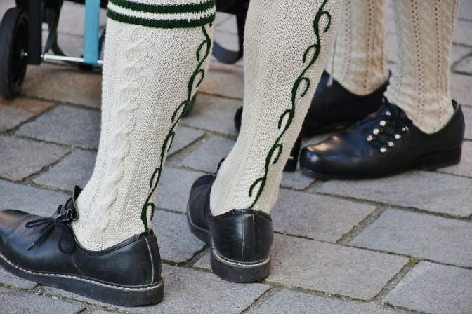 Zu einem Trachten-Outfit wurden schwarze Halbschuhe mit weißen Wollsocken kombiniert