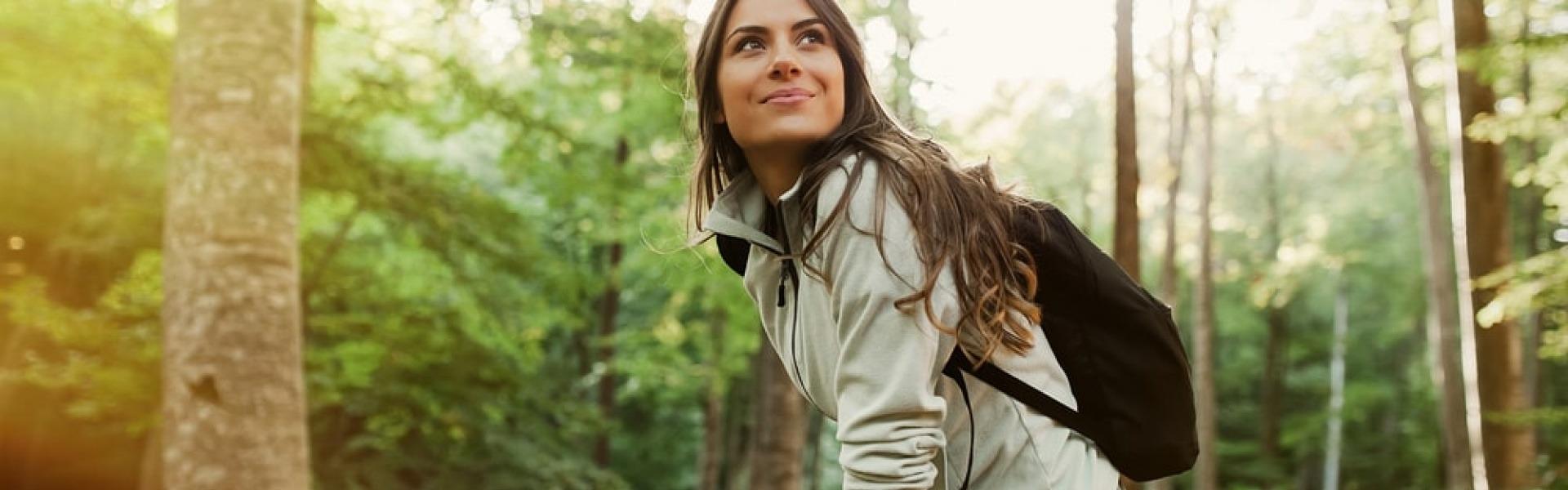 Eine Frau ist glücklich und entspannt beim Wandern