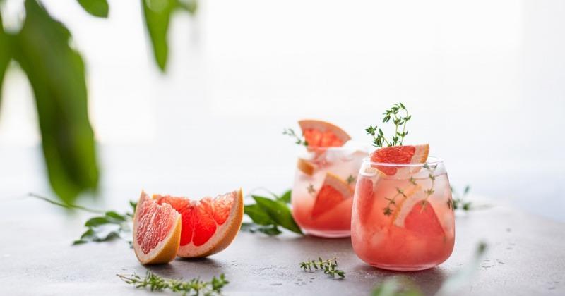 Bittere Grapefruit aufgeschnitten in Gläsern