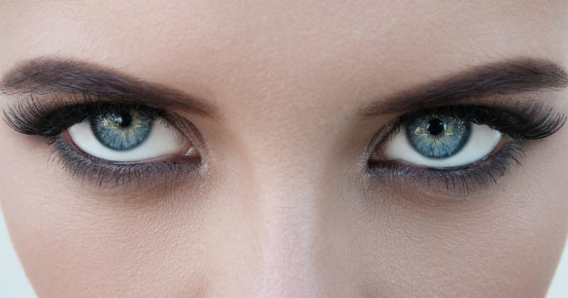 Blaue Augen sind dunkel umrandet
