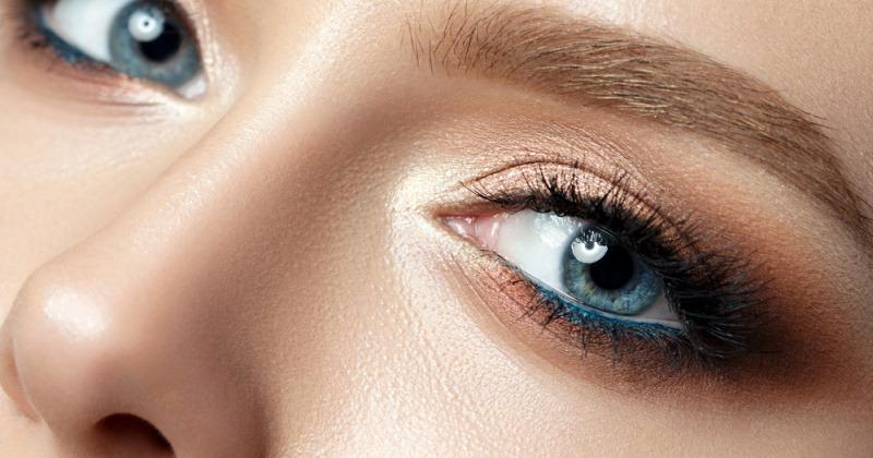 Eine Frau hat blaue Augen und ein perfektes Make-up