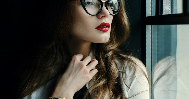 Eine Frau trägt eine Cat-Eye-Brille