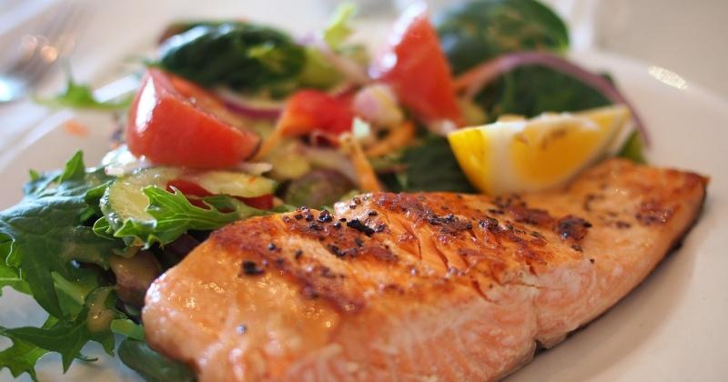 Gebratener Fisch mit Gemüse