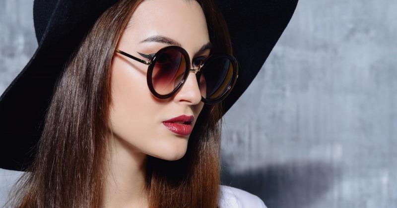 Eine Frau hat eine runde Brille