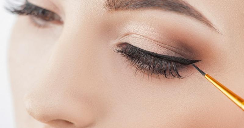 Eine Frau hat einen schwarzen Eyeliner.