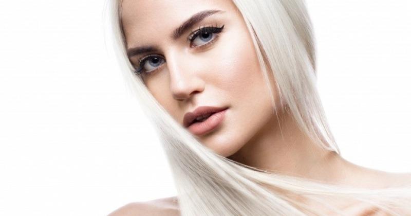 Eine Frau hat ein kühles Blond, aschblond an ihren Haaren