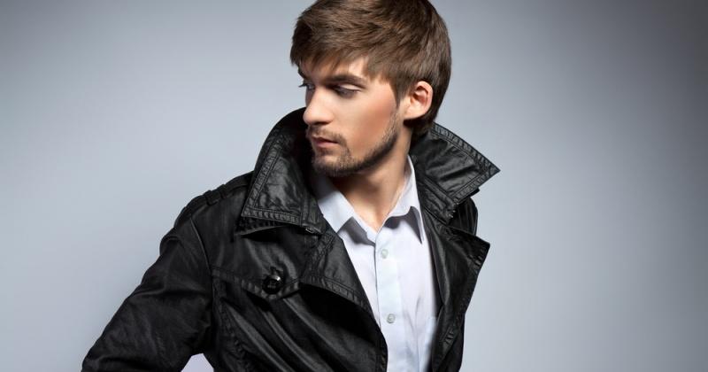 Ein Mann mit Lederjacke