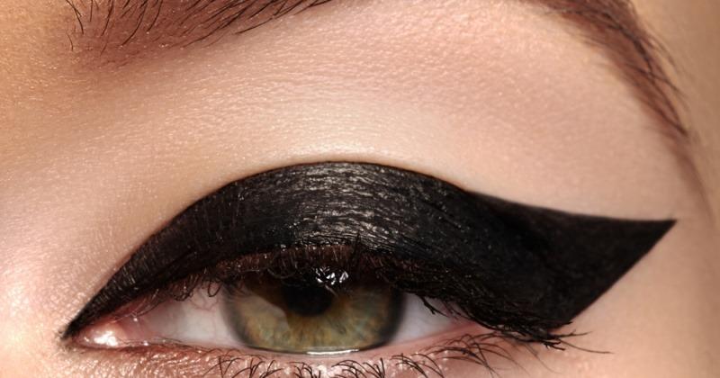 Eine Frau mit dickem Eyeliner.