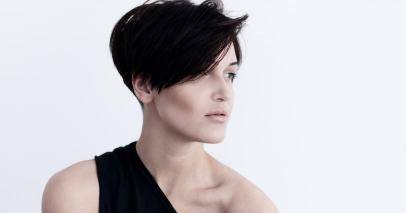 Eine Frau hat als Frisur einen Pixie Cut