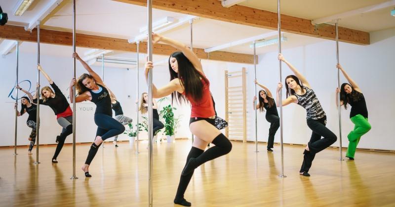 Frauen tanzen Pole-Dance in einem Kurs von Birgit Untermair