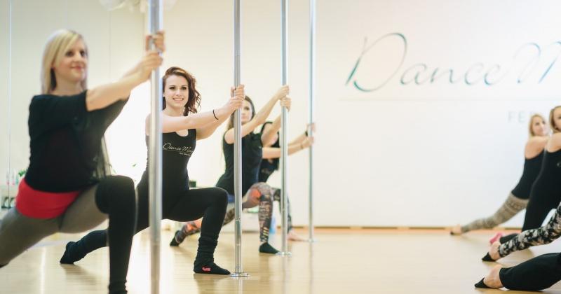 Frauen tanzen beim Pole-Dance an der Stange