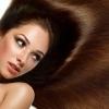 Eine Frau mit vielen langen braunen Haaren