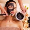 Frau mit Gesichtsmaske gegen unreine Haut