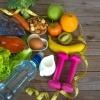 Low Carb Lebensmittel, Hanteln und ein Maßband