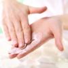 Hände verreiben eine After sun Lotion
