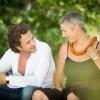 Veit Lindau sitzt neben Andrea Lindau und sieht sie liebevoll an