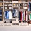 Sauber eingeräumter Kleiderschrank