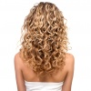 Eine Frau mit Haaren in der Strähnchentechnik Balayage oder Foliyage ist von hinten zu sehen