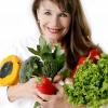 Eveline Egger hält Gemüse als Zeichen zum Basenfasten