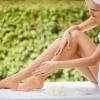 Eine Frau gibt Detox Kosmetik auf ihre Beine